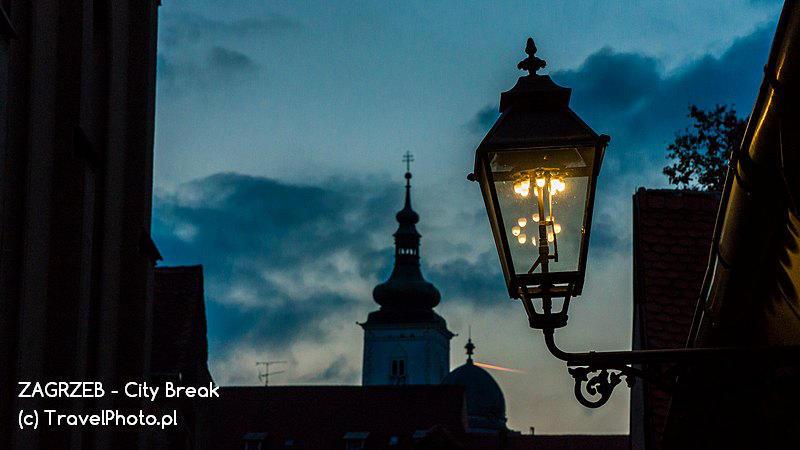 Na starówce ulice oświetlają latarnie gazowe